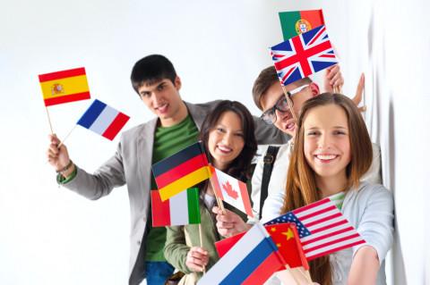 Chicos con banderas simbolizando aprender idiomas