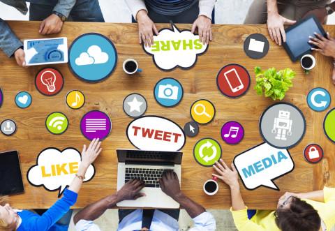 Mesa con símbolos de másteres en Social Media