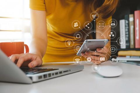 Mujer con un ordenador y tablat