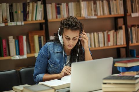 Estudiante campus virtual de CEUPE