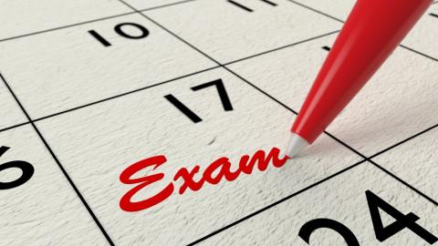 Señal de examen en un calendario
