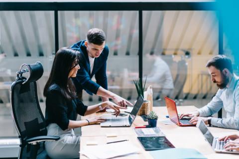 Trabajadores especializados en corporate compliance en una empresa