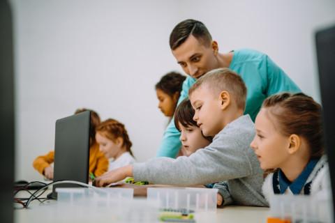 Profesor fomentando la creatividad educativa