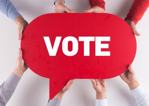 Manos sosteniendo la palabra voto