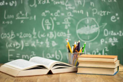 Pupitre y libros símbolo de Maestría en Gestión de Instituciones Educativas